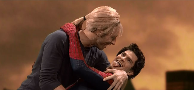 Amazing Spider-Man French kisses Cold Play on Saturday Night Live SNL (Chris Martin and Andrew Garfield)